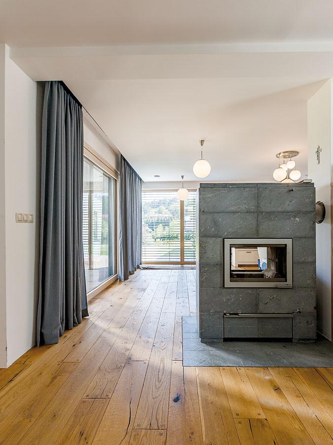 Prírodné materiály sú charakteristické pre tvorbu architekta. Ich estetika spočíva práve vich prirodzenom vzhľade. Interiér je ladený do dreva vkombinácii so sivou abielou farbou.