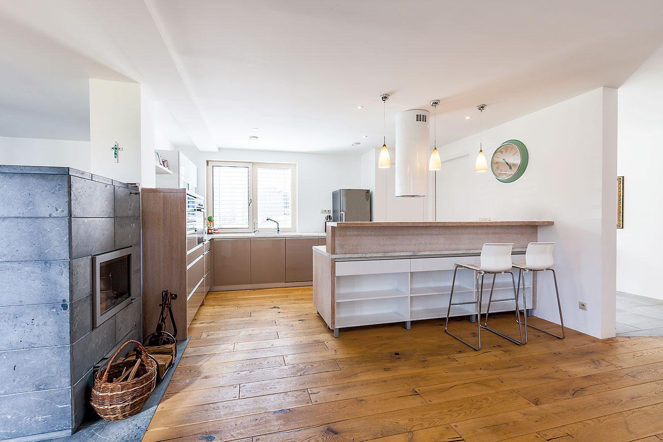 Napriek tomu, že sa kuchyňa nachádza vstrede dispozície, je dostatočne presvetlená. Vdispozícii tvorí medzikrok medzi vstupnými priestormi, dennou anočnou časťou.