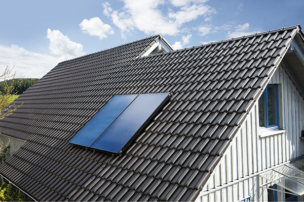 Solárna zostava auroSTEP plus od značky Vaillant, vhodná na prípravu teplej vody, pozostáva zo zásobníka sobjemom 250 alebo 350 l advoch alebo troch plochých solárnych kolektorov typu drain-back. Výhodou tejto solárnej zostavy je jej kompaktnosť, pričom všetky nevyhnutné časti systému ako čerpadlo, regulátor abezpečnostné prvky sú súčasťou modulu, nainštalovaného priamo na bivalentnom zásobníku.
