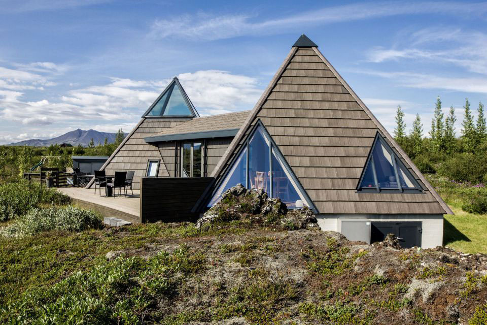 Netradičná chata atypických tvarov zasadená do nádhernej prírody