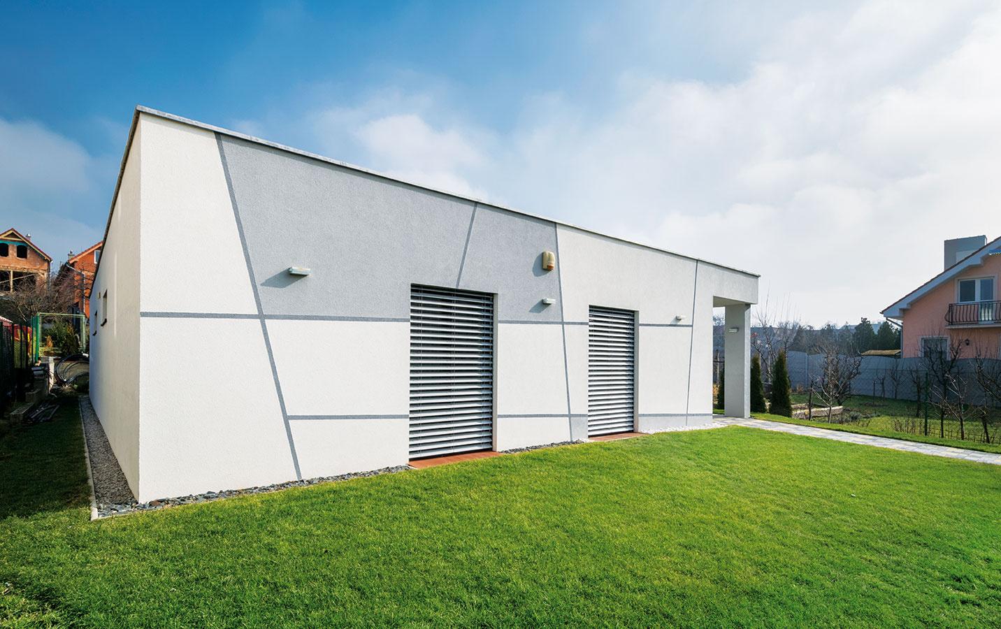 Vduchu slnečnej logiky. Nízkoenergetickému štandardu zodpovedá aj orientácia okenných otvorov avyužitie vonkajších žalúzií, ktoré plnia nielen tepelnoizolačnú, ale ibezpečnostnú funkciu.
