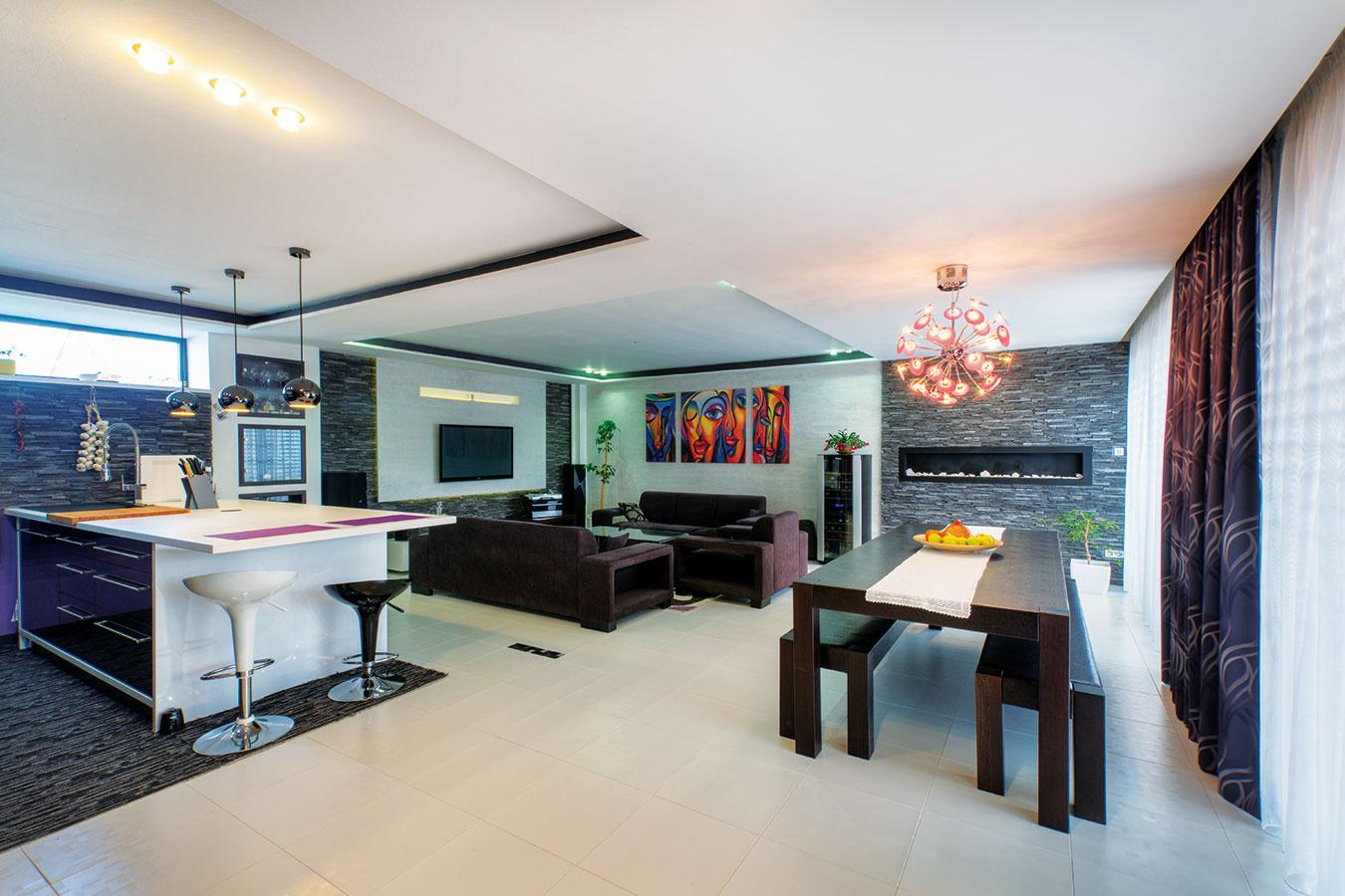 Interiér charakterizuje precízne vybrané zariadenie, nevšedné farby azaujímavé dizajnové doplnky, napríklad osvetlenie. Ako však prezradila domáca pani, to najlepšie je ešte vinteriérových plánoch.