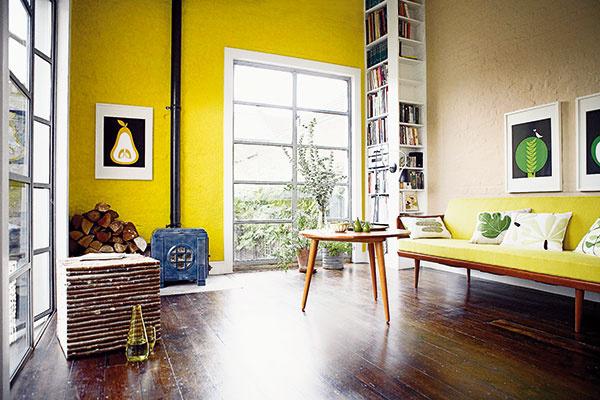Kúty využite vytvorením rohovej knižnice od zeme až po strop.