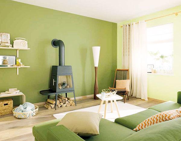 """AKO V PRÍRODE Zelená upokojuje. Obklopte sa ňou. A v prípade, že chcete opticky predĺžiť obývačku, jednoduchým a účinným trikom je natrieť dlhú pohľadovú stenu napríklad tmavším odtieňom zelenej a tú """"najvzdialenejšiu"""" od vstupu do izby, koncovú, zasa veľmi svetlým. Osviežujúce budú doplnky vo svetlej ružovej farbe."""