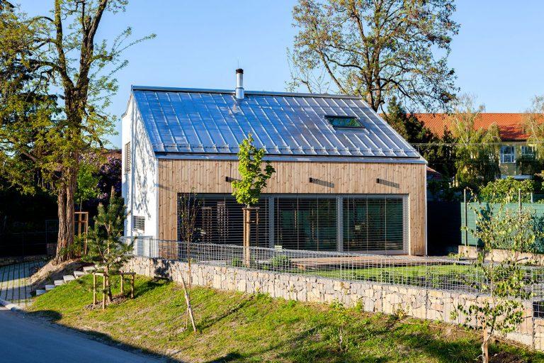 Vzdušný a praktický dom so zasklením do záhrady: Aj menší môže poskytnúť veľa!