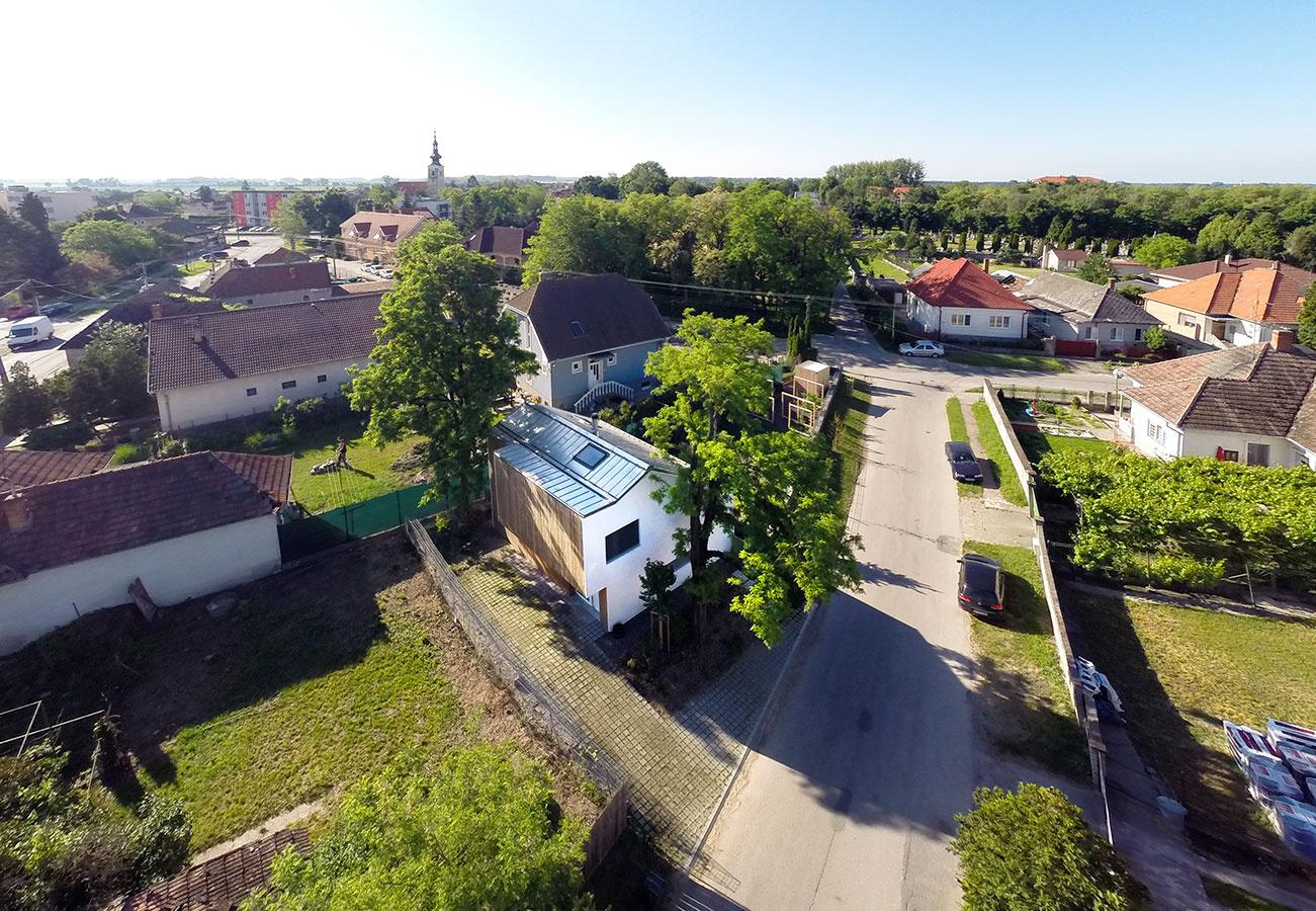 Vzdušný a praktický dom s presklením do záhrady: Aj menší môže poskytnúť veľa!
