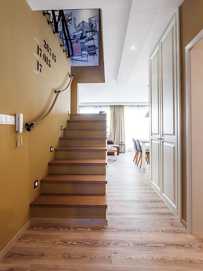 Podlaha vbyte je biokompozitná, tvorená zplastu adreva, príjemná na dotyk.