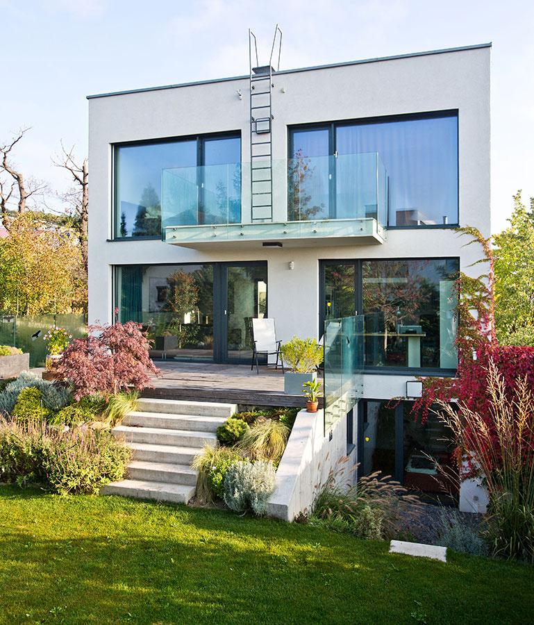 Pomerne konzervatívny výraz domu prirodzene vyplynul z viacerých praktických pohnútok, napríklad z požiadavky na spoľahlivú konštrukciu s overenými detailmi, ktorá vydrží a nie je zbytočne predražená.