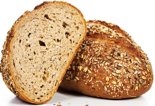 """Bežnou praxou vslovenských domácnostiach je zabaliť chlieb do plastového vrecka anechať ho spoľahlivo """"dusiť sa"""" vpresvedčení, že tak vydrží dlhšie. Omyl. Najlepší spôsob, ako udržať chlieb čerstvý, je zabaliť ho do čistej utierky (neperte ju vaviváži) avložiť do chlebníka. Tak bude môcť """"dýchať"""" anesplesnivie. Ak knemu pridáte aj rozkrojené jabĺčko alebo ošúpaný zemiak, vydrží dlhšie. Ak už viete, že chlieb nespotrebujete včas, rozkrojte ho na menšie časti (lepšie sa tak potom rozmrazuje) avložte ich do mrazničky vplastovej dóze alebo vo vrecku, napríklad všpeciálnych vreckách na zmrazovanie potravín. To isté platí aj orožkoch. Zmrazené pečivo spotrebujte priebežne, neskladujte ho dlhšie ako mesiac. Anezabudnite: čerstvé pečivo zamrazujte vždy vychladnuté!"""