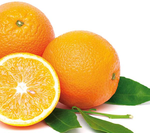 Aj vy máte vo zvyku dávať citróny, pomaranče amandarínky do chladničky? Aj keď na vzduchu rýchlejšie starnú, skladujte ich mimo chladničky, aby sa nepoškodili chladom. Aj preto sa neoplatí robiť si veľké zásoby. Rozkrojené plody skladujte na tanieriku vchladničke rezom nadol arýchlo spotrebujte. Ďalším grifom je vytlačiť znich šťavu, naliať ju do formičky na ľad azamraziť.