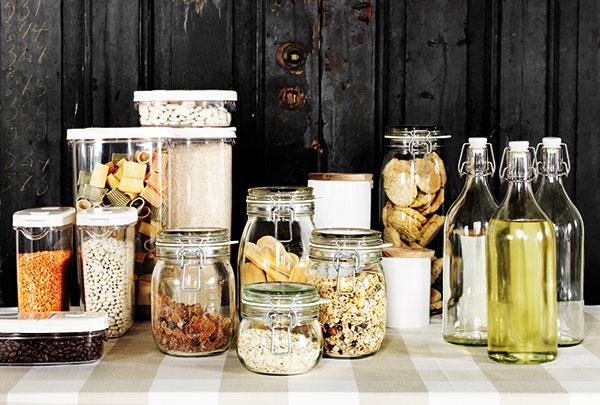 Sklenené dózy s vrchnákom KORKEN, od 1,99 €, IKEA; plastové nádoby na suché potraviny 365+, od 1,49 €, IKEA; sklená fľaša so zátkou KORKEN, 1,49 €, IKEA