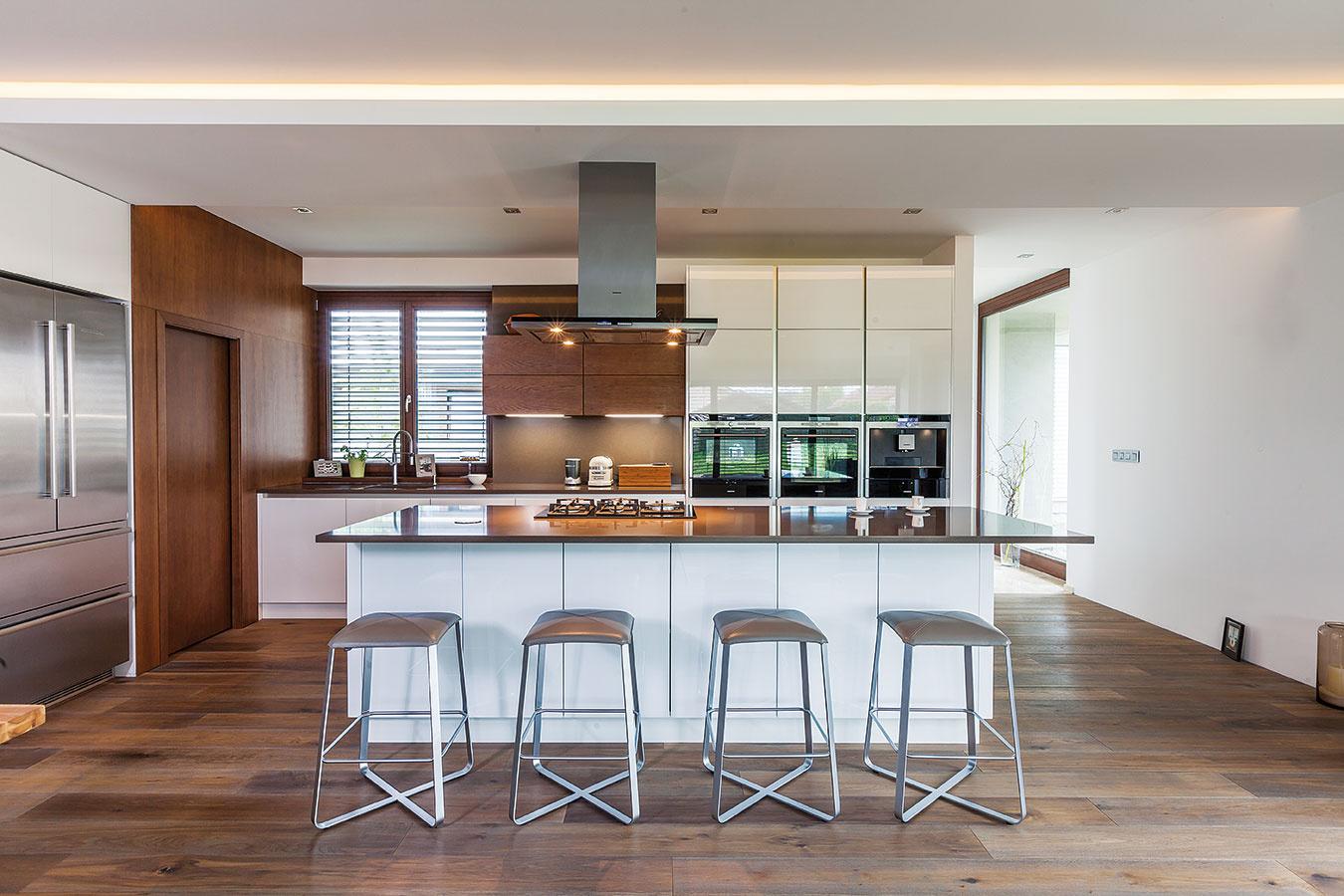 Striedma farebnosť. Základom kuchyne aj celého denného priestoru sú dve kontrastné farby – biela ahnedá. Kompozíciu oživuje striedanie matných alesklých plôch apraktické detaily vpodobe spotrebičov či stoličiek – všetko precízne zladené štýlom aj farebnosťou.