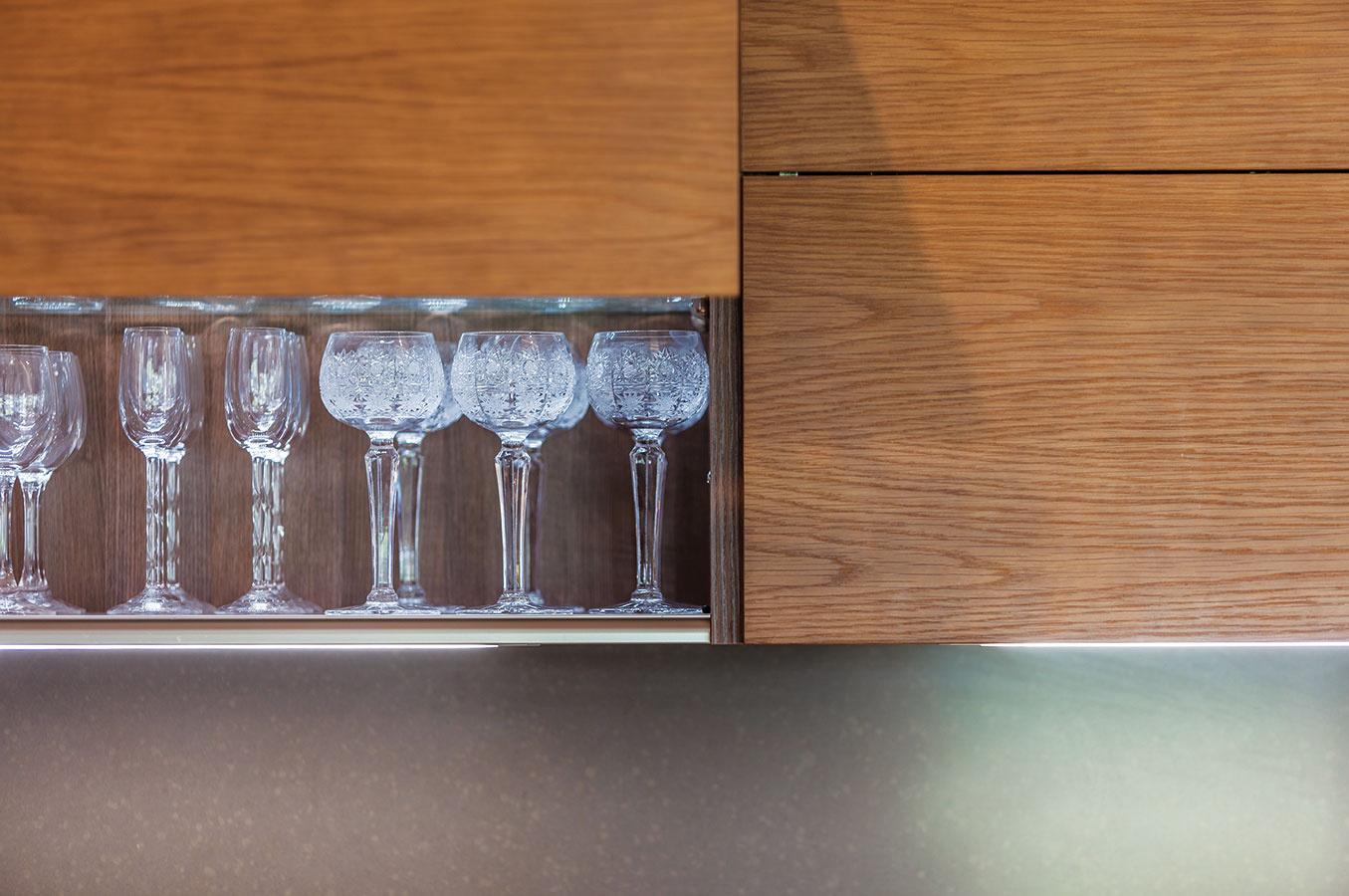 Osvetlené vnútro skriniek je elegantné aj praktické.