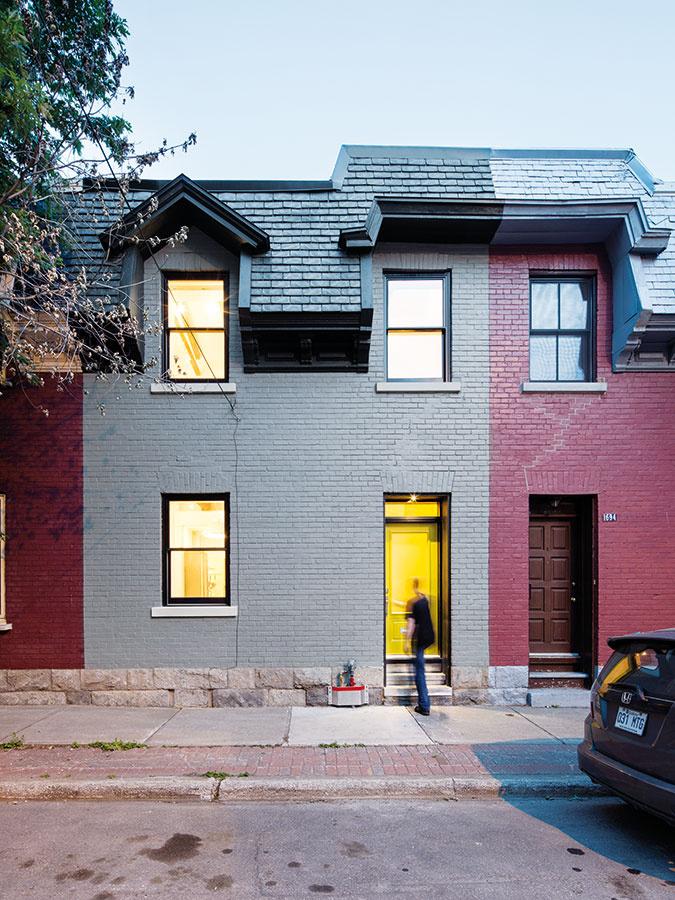 Vduchu radovky. Pri fasáde smerujúcej do ulice museli Mark aViviana rešpektovať pôvodný vzhľad acharakter okolitej zástavby − len namiesto červeného náteru použili na tehlový obklad sivú farbu.