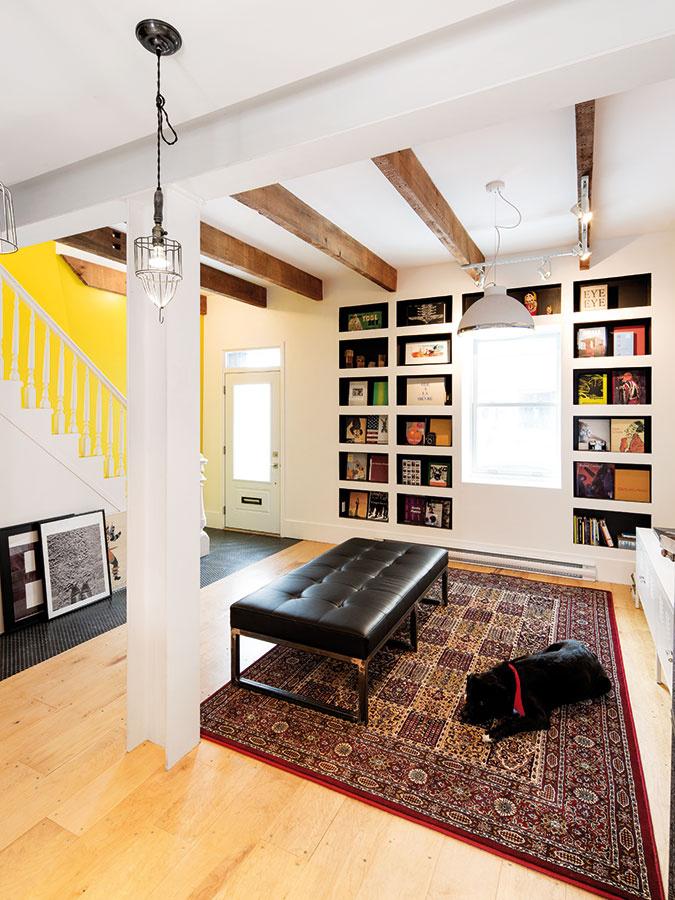 Funkciu knižnice plní zostava ník, ktoré Mark aVivi rozmiestnili okolo okna do ulice. Vďaka čiernemu pozadiu, na ktorom sa vyníma pestrá farebnosť kníh, sa stali zaujímavým prvkom interiéru.