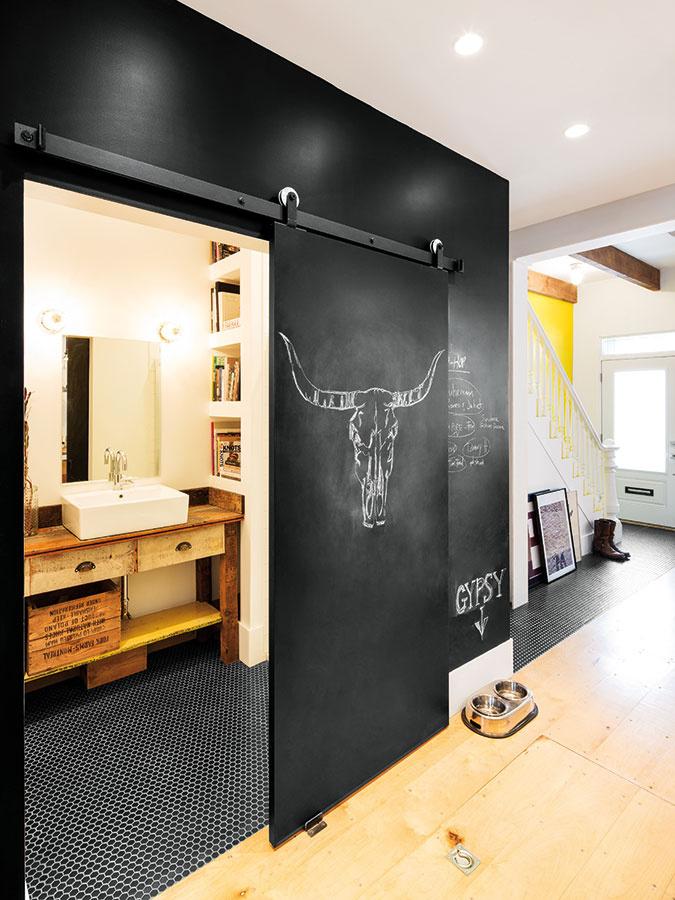 Tabuľová farba je vdnešnom interiérovom dizajne veľkým hitom. Do moderných jednoduchých priestorov vnáša hravosť.