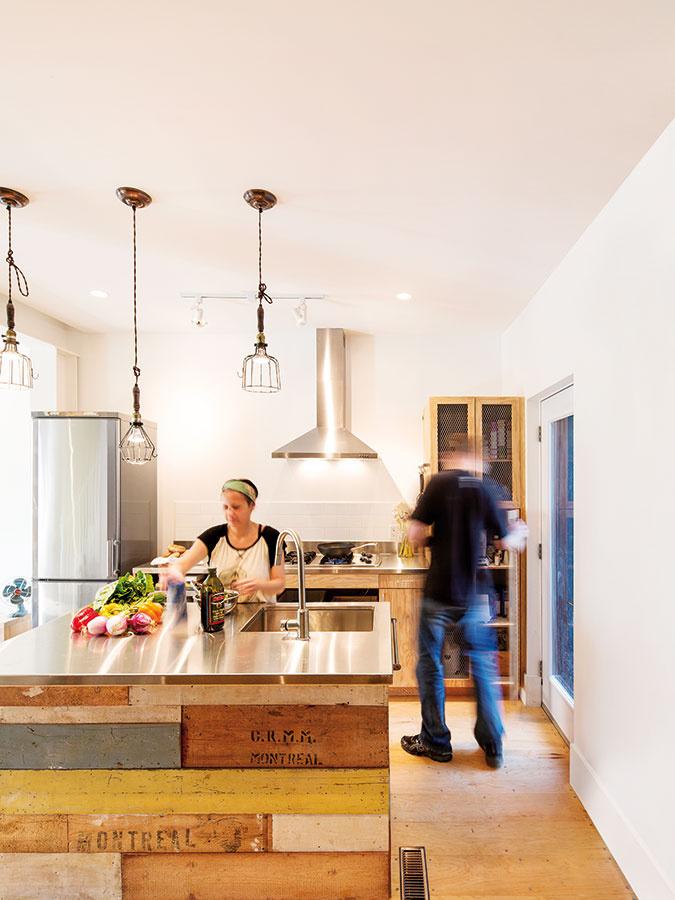 Drevo aantikoro. Vkuchyni zvolilo dizajnérske duo tieto dva obľúbené azároveň kontrastné materiály, ktoré sa výborne dopĺňajú. Drevo pôsobí hrejivým dojmom, industriálne chladné antikoro zjednocuje pracovné plochy sostatným vybavením kuchyne (varná doska, digestor, chladnička…).
