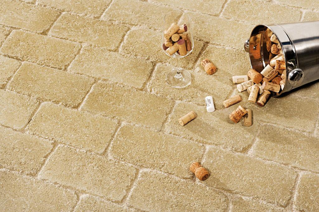 Dlažba amurovací prvok Patio vďaka svojej forme, farebnosti apovrchovej úprave imitujúcej starobylý vzhľad pripomína klasickú tehlu. Uplatnenie nachádza nielen pri stvárnení spevnených plôch vokolí domu, ale možno ju použiť aj na vytvorenie okrasných múrikov alebo interiérových obkladov.