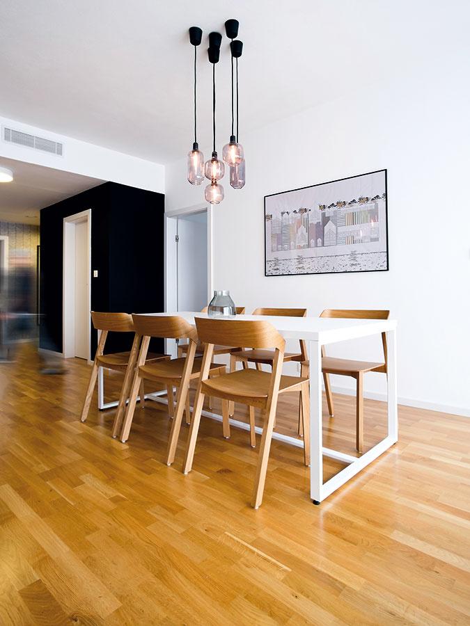 Všetky nábytky okrem štvorcových políc vpracovni sú vyrobené na mieru. Zfinančných dôvodov sa na ich výrobu použili laminované drevotrieskové dosky sbielou povrchovou úpravou alebo vdekore dreva, ktoré sú na nerozoznanie od toho skutočného. Na mieru sa vyrábal aj jedálenský stôl, rovnako ako zvyšok nábytku ho podľa návrhov KNBD vyrobila spoločnosť Wood & Interiers.