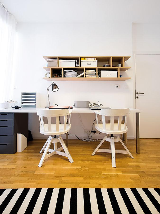 Vbyte sa nachádza aj samostatná pracovňa spriestranným stolom, ktorý naraz slúži obom partnerom. Viaceré zariaďovacie prvky vnej pochádzajú zobchodného domu IKEA.