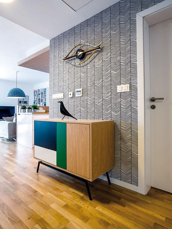 Skrinka sfarebnými dvierkami by sa vbudúcnosti mala stať súčasťou portfólia značky wooli, za ktorou tiež stoja architektky zateliéru KNBD Kristína aNatália.