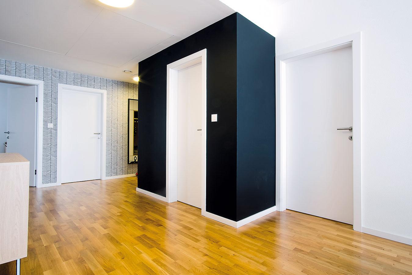 """Čierny tabuľový náter, ktorý sa objavuje ivtomto byte, využívajú architektky zateliéru KNBD pomerne často. """"Pôsobí zvláštne zamatovo apodľa nás útulne. Skutočnosť, že sa dá popísať anásledne zotrieť, je bonus navyše,"""" hovorí Kristína."""