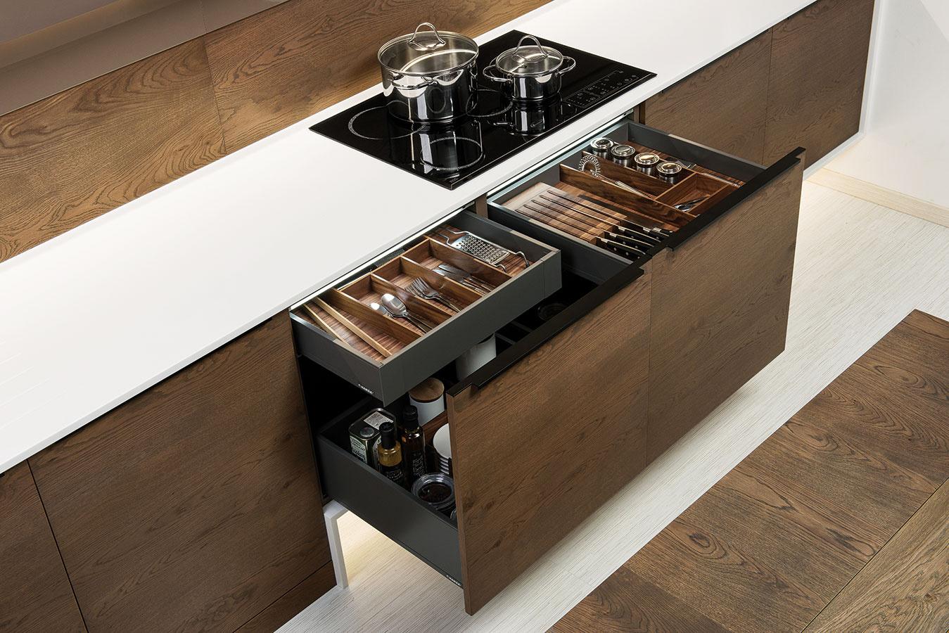 Na vnútornú organizáciu skriniek, resp. zásuviek možno použiť rozmanité riešenia – od jednoduchých a cenovo nenáročných plastových príborníkov po precízne vypracované systémy z masívneho dreva, prípadne iných materiálov, ktoré ponúkajú oddelenia na koreničky i nože.
