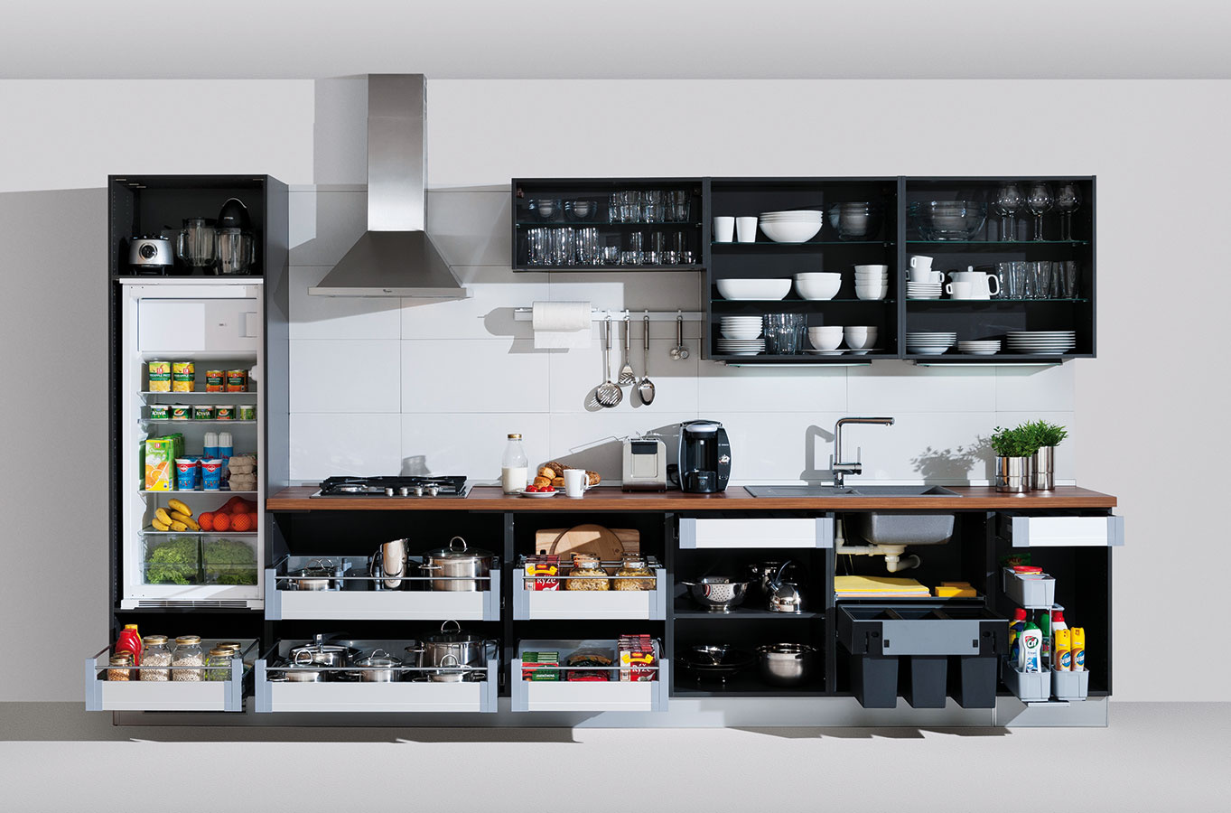 Precízny plán je základom aj pri návrhu kuchyne. Či už si ho vytvárate sami, alebo si necháte poradiť, dobre si premyslite, čo do ktorej skrinky umiestnite a ako ju rozvrhnete. V spodnej línii skriniek sú preferovaným riešením plnovýsuvné zásuvky.