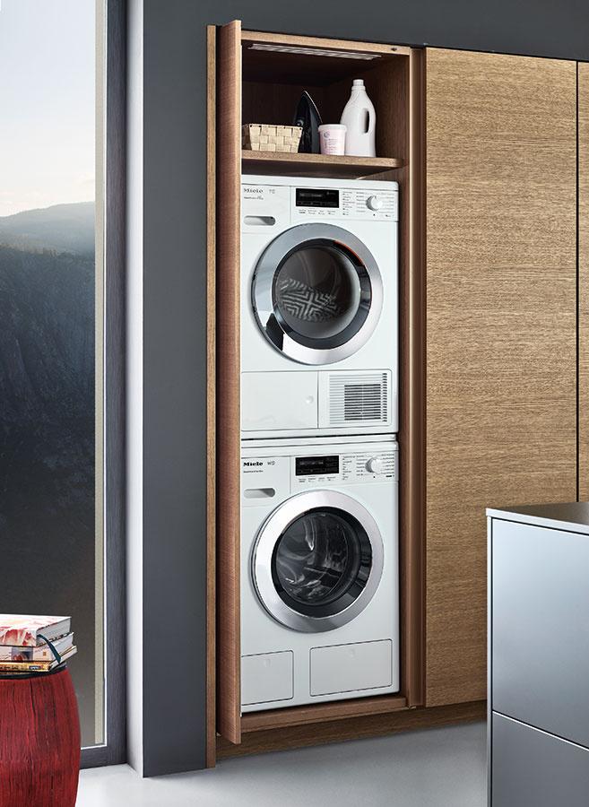 """Za zásuvnými dvierkami môže byť ukrytá aj práčka a sušička. Takáto """"práčovňa"""" však nemusí vyhovovať každému a niekto aj v stiesnenejších podmienkach skôr uprednostní jej umiestnenie v kúpeľni alebo v chodbe."""