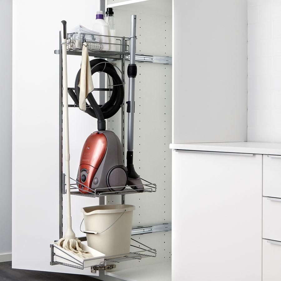 Kuchynská linka sa môže stať aj domovom vysávača a čistiacich nevyhnutností. Praktické výsuvné držiaky možno výškovo prispôsobiť individuálnym potrebám. V ponuke nájdete aj šikovné prvky na ukrytie žehličky alebo utierok, ktoré nechcete mať stále na očiach.