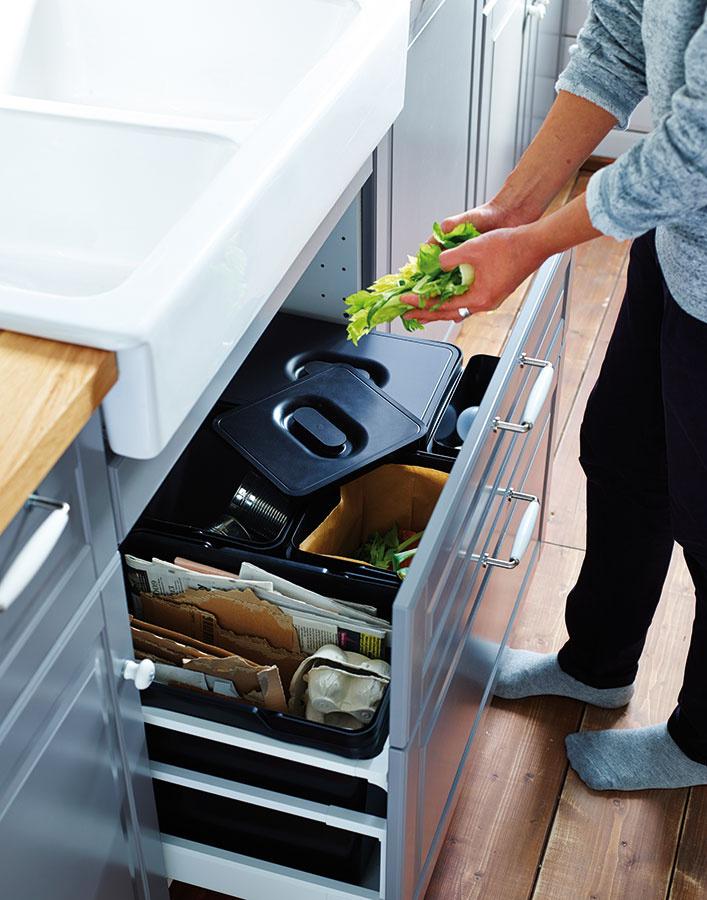 Sortéry, čiže systémy na triedenie odpadu, sa umiestňujú samostatne alebo do podporných kovových rámov, ktoré sa upevňujú na dierka. Vítaným doplnkom sú odvetrané koše – otvory zabraňujú rýchlemu hnitiu organického odpadu. Ideálne je umiestniť ich priamo pod drez.