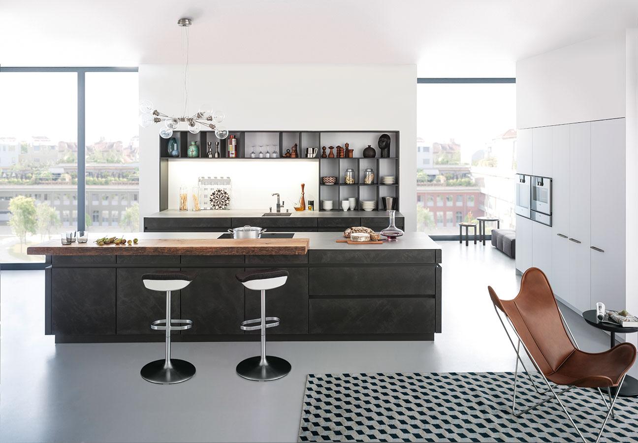 Jednoduché otvorené police, ktoré nahrádzajú horné skrinky aj časť kuchynskej zásteny, priestor odľahčia. Pekne v nich ukáže kuchynský riad aj rôzne dózy dekorujúce priestor.