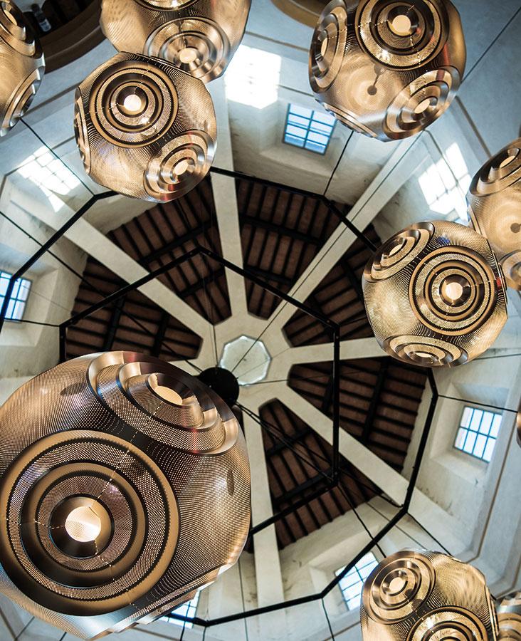 Kontrasty historických interiérov a moderného zariadenia si vzali na mušku napríklad značky Tom Dixon a Caesarstone. Snažili sa tak ukázať, že staré priestory netreba zariaďovať historickým nábytkom, ale práve naopak, hľadať správnu mieru ich kontrastu s tým súčasným. Tak sa stanú modernými a pôsobivými.