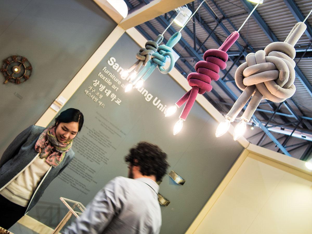 Všetko naopak. Materiály používané všelijako inak, len nie tak, ako sa má. Závesy z papiera, stoličky zo skla alebo svietidlá z textílií. Princíp lámania hraníc v pozadí všetkého. Závesné svietidlá v podobe nadrozmerných uzlov podľa návrhu študentov Univerzity Sangmyung v Soule sú produktovými predstaviteľmi mladého dizajnu v Salone Satellite.