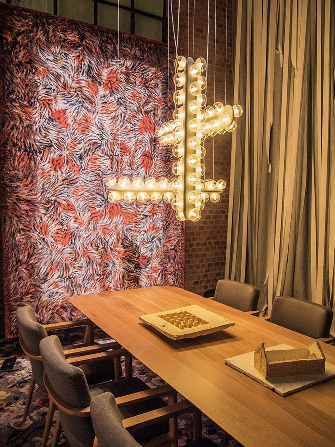 Svetelné stredobody, často úplne sa vymykajúce okoliu, sú trendom, ktorý pomáha oživiť jednoduché, elegantné a moderné interiéry. Svietidlo Prop od značky Moooi pozostáva zo základného modulu, ktorý možno poskladať do rôznych kompozícií a využiť nielen ako bodové, ale aj ako plošné osvetlenie.