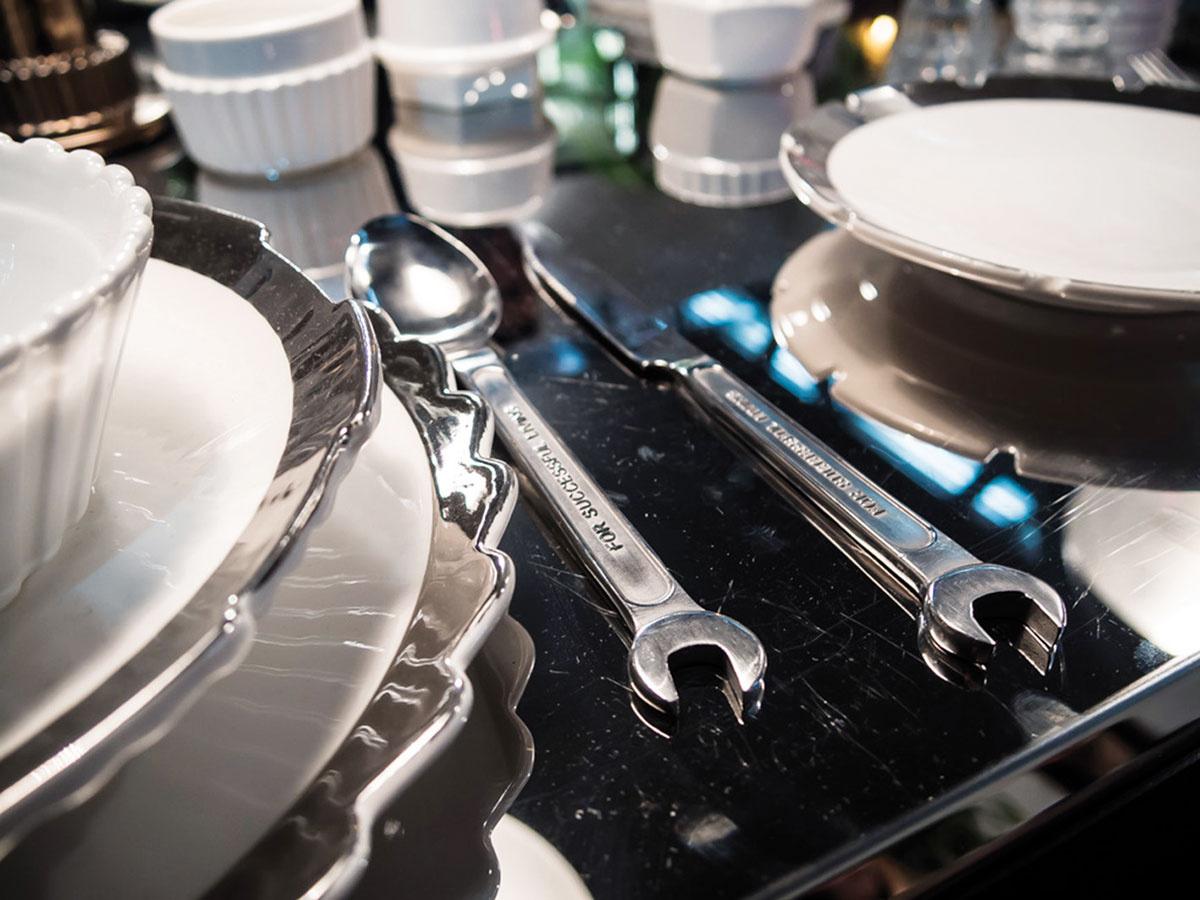 Industriálne detaily nielen v podobe nábytku, ale predovšetkým v skupine doplnkov. Kolekcia jedálenského stolovania doplnená o príbor s dizajnom maticových kľúčov pútala pozornosť na expozíciu značky Seletti.