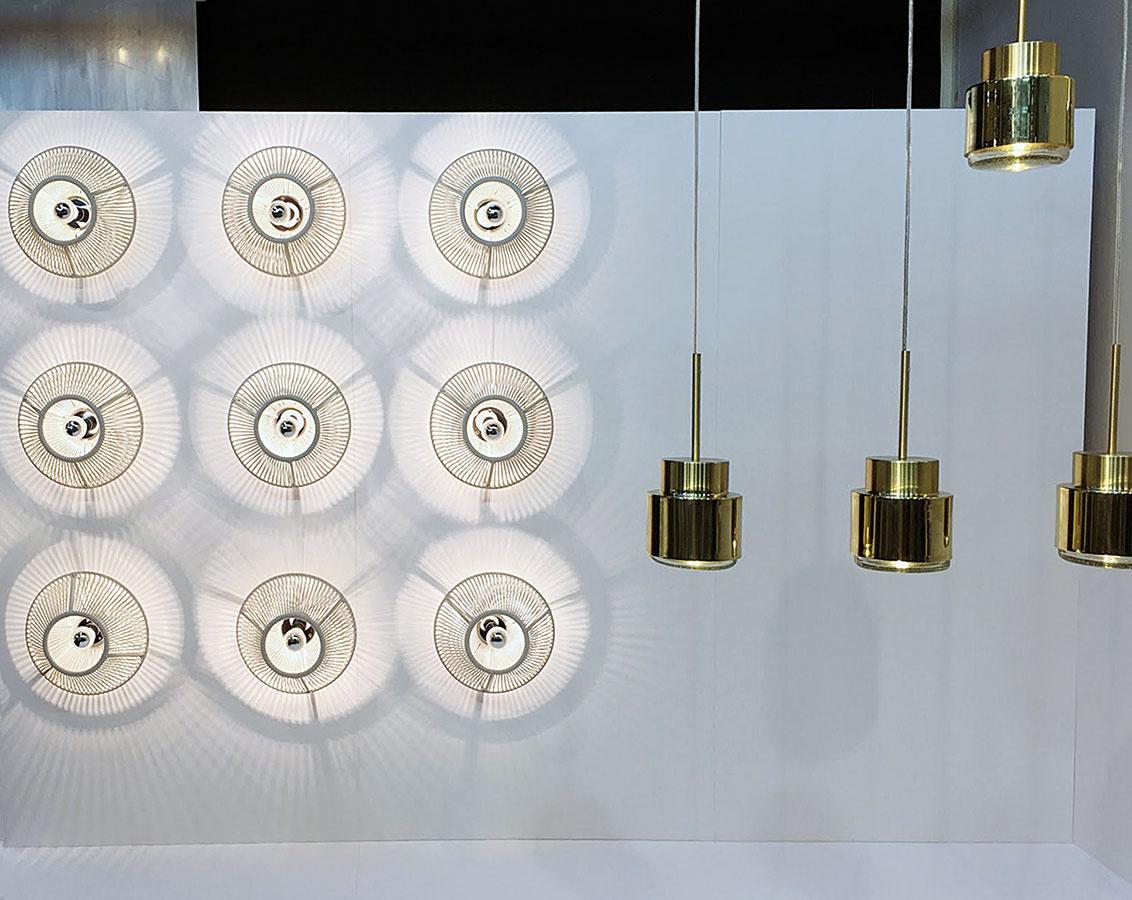 """Svetelné mriežky vytvorené zoskupovaním jednoduchých svietidiel sa objavovali  v prípade veľkých značiek aj v študentských prácach. Výsledkom je osvetlenie, ktoré aj napriek tomu, že základná """"jednotka"""" môže byť tradičná, pôsobí takmer kozmickým dojmom. Inštalácia zrkadiel a svietidiel Vent pochádza z expozície značky Diesel Living x Foscarini, kompozícia svietidiel La Caleta prezentovaná v sekcii Salone Satellite zas z dielne mladého dizajnéra Davida Pompu."""