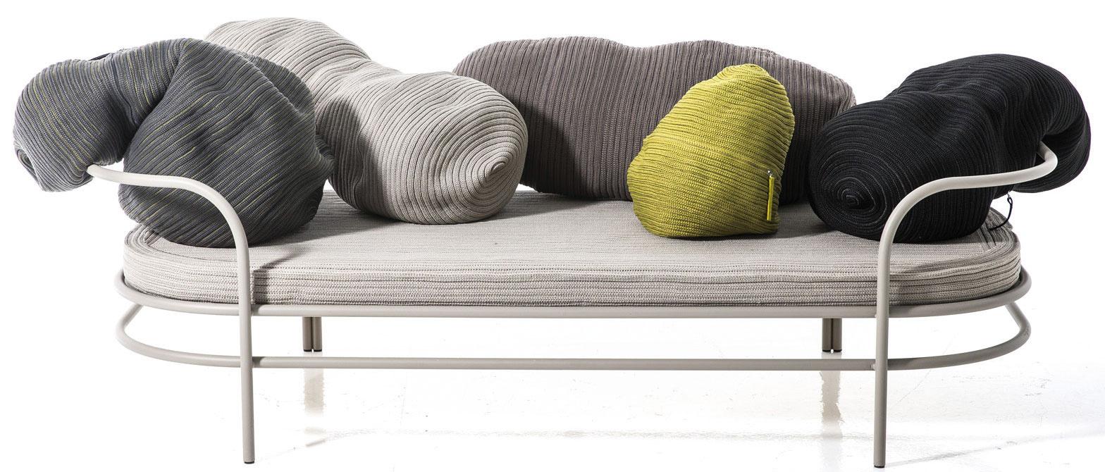 Nábytkové obojživelníky. Produkty, ktoré sa jednoduchými trikmi menia na niečo úplne iné, nemenej funkčné. Jedným z predstaviteľov je aj sedačka Triclinium od značky Moroso. Jej opierky tvoria vaky na sedenie. Po ich preskupení či odstránení sa jednoducho transformuje na posteľ.