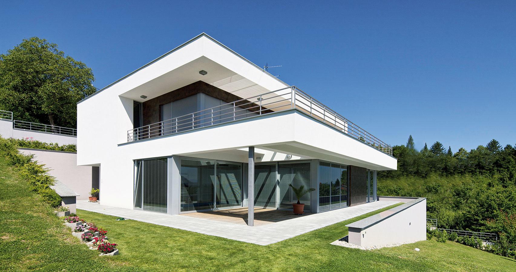 Tvarom ktieňu. Okrem tepelnej izolácie, ktorá pomáha udržiavať optimálnu klímu vinteriéri rovnako vzime ako vlete, môže zatienenie zasklených plôch ovplyvniť aj samotná stavba. Pred prehrievaním interiéru dokážu účinne chrániť vhodne navrhnuté balkóny, slnolamy alebo presahy poschodí či striech.
