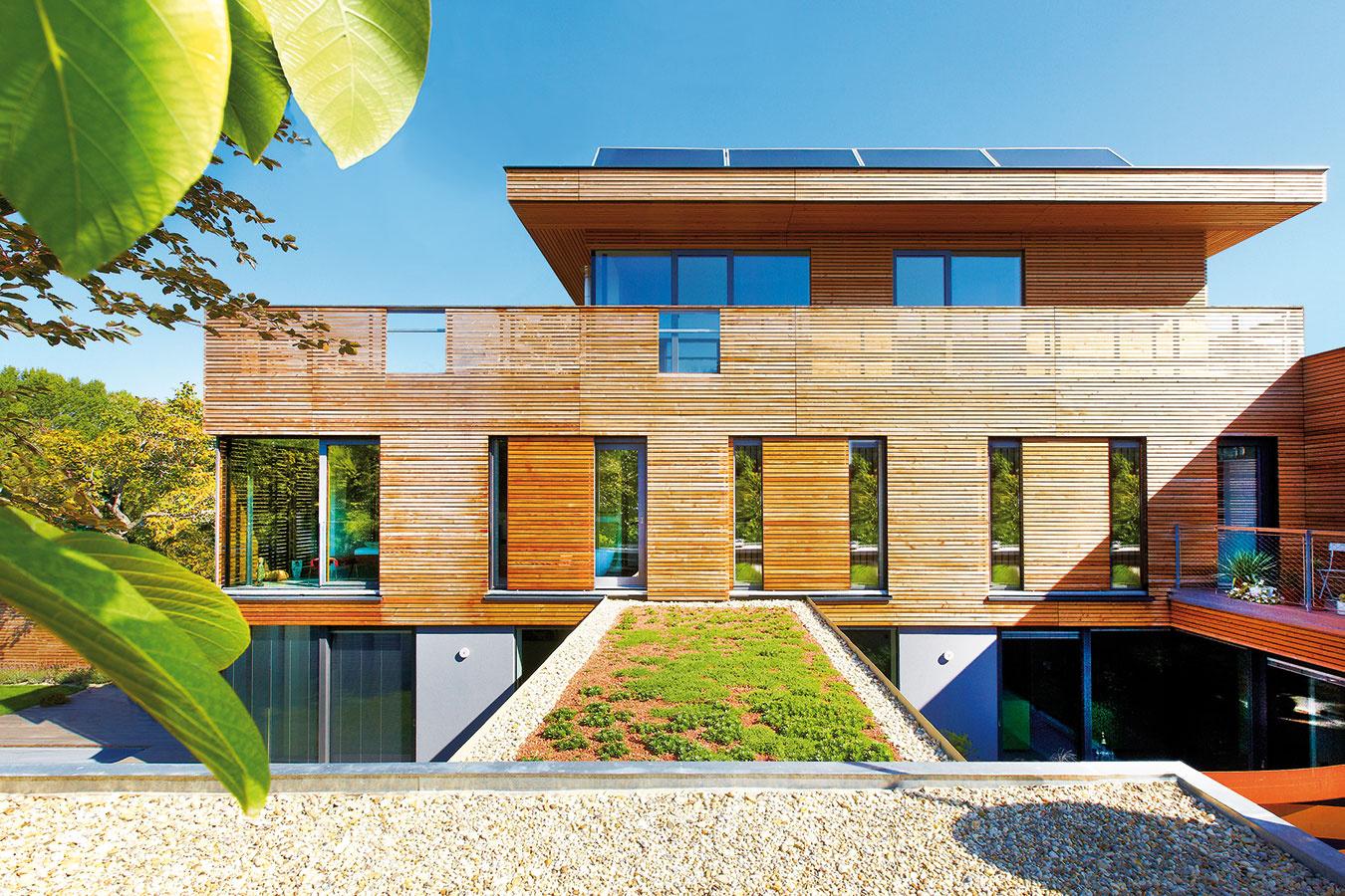 Posuvné okenice sú štandardne hliníkové, keďže tento materiál dobre odoláva poveternostným vplyvom aj teplotným výkyvom. Výplň panelov však môže byť vyhotovená aj na mieru podľa architektúry domu, napríklad z drevených lamiel či dekoračných materiálov. (www.shadowsys.sk)