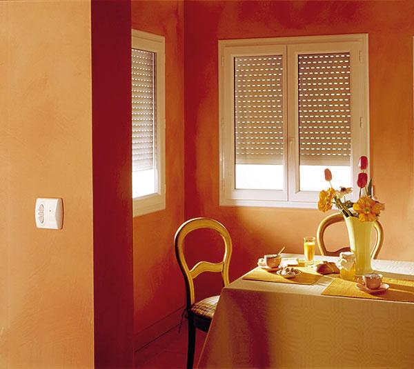Svetlo v miestnosti môžete pri bežných exteriérových roletách regulovať iba vytiahnutím alebo stiahnutím celej rolety do určitej polohy. (www.kvalitnetienenie.sk)