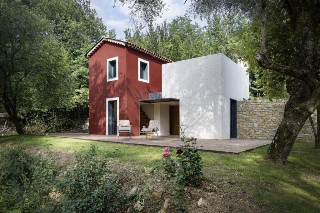 Z nenápadnej zanedbanej chalúpky medzi stromami sa stal elegantný dom uprostred krásnej prírody