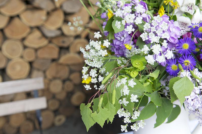 Nádherné uvoľnené kytice a vázy, ktoré im pristanú