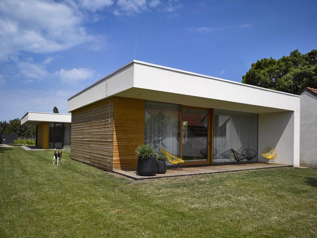 Súkromie v okolí šiestich susedov? S týmto jednopodlažným domom to dokázali aj uprostred ruchu!