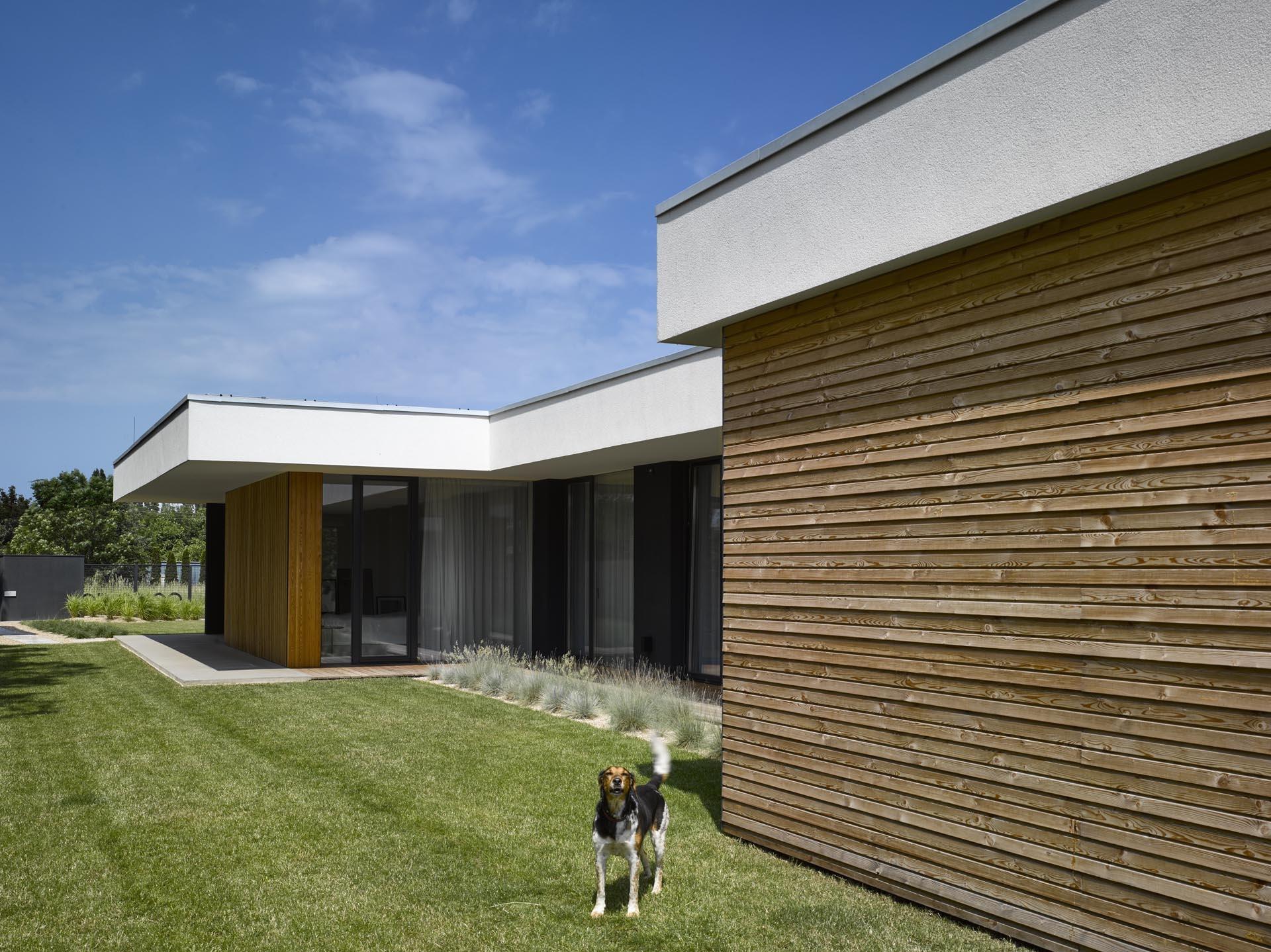 Pražský jednopodlažný dom poskytuje súkromie aj uprostred ruchu: otvára sa totiž do seba a do záhrady!
