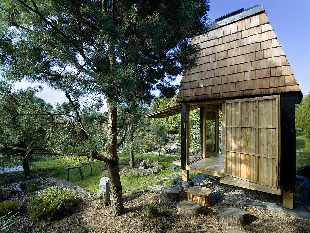 Uprostred záhrady si nechali postaviť čajový domček s nádychom Orientu