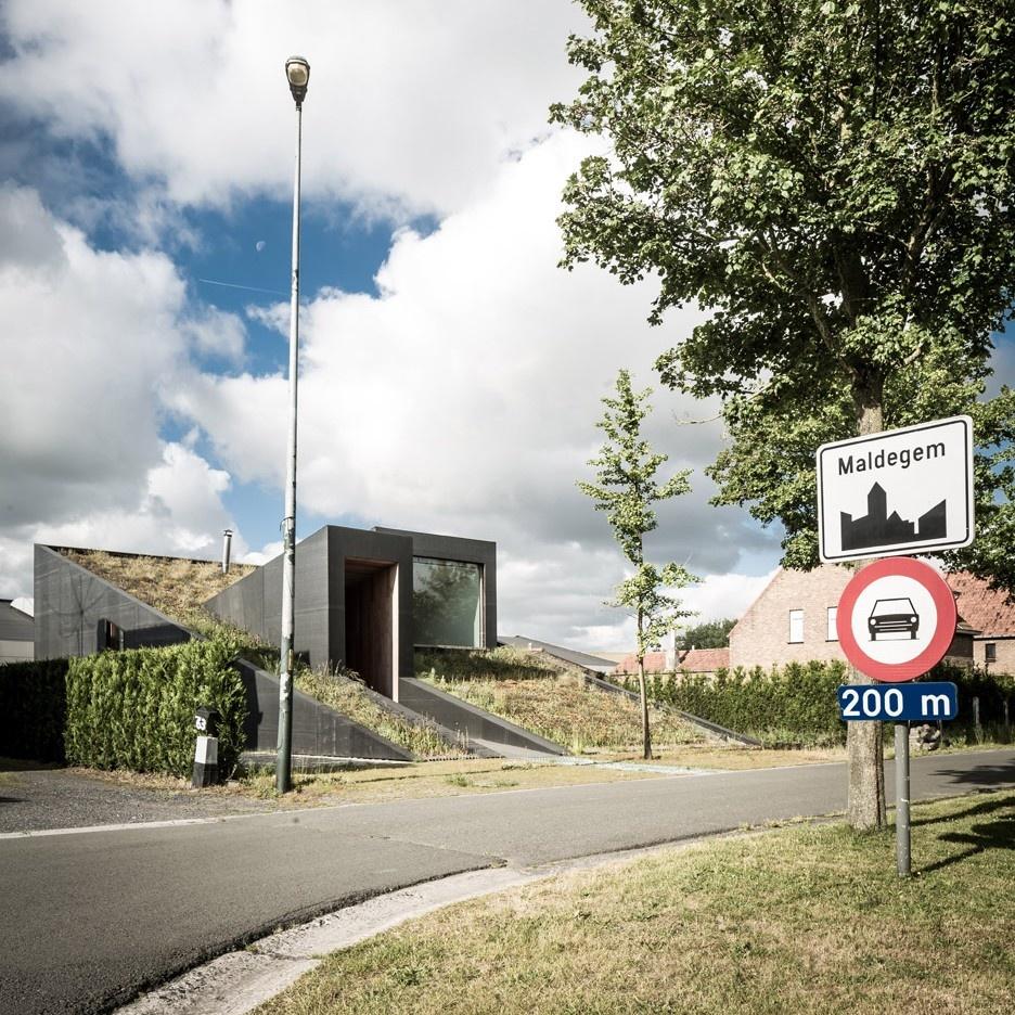 Netradičný dom v Belgicku sa pýši zelenou strechou