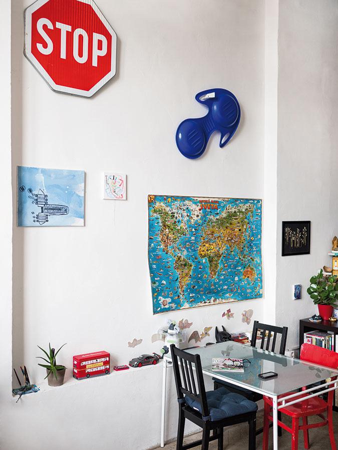 Umenie a artefakty zo života si nemusia konkurovať. V tomto duchu si majú čo povedať aj veľkoformátové maľby na stene oproti zaveseným detským mapám či hračkám.