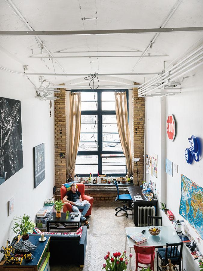 Aj bez stien je v priestore jasne čitateľné, ako je dispozične členený. Svoje miesto má obývacia izba, kuchyňa, pracovňa, jedáleň aj spálňa.