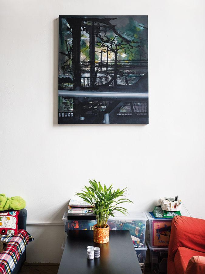Množstvo obrazov v priestore pochádza od množstva umelcov. Ten nad konferenčným stolíkom je dielom Petra Cvika a má názov Düsseldorfer.